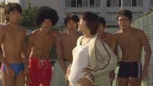 五个少年被逼练起了花样游泳,结果被妹子扔了内裤