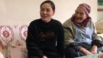 她照顾百岁邻居13年,接回家当爷爷