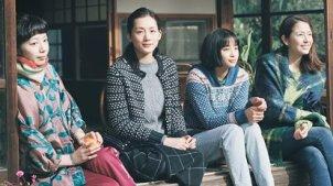 三个妹子抚养了后妈生的孩子,充满青春味道的日本电影