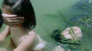 2个女孩在河边洗澡,母亲被当面奸杀,姐姐竟狠心踹了一脚!