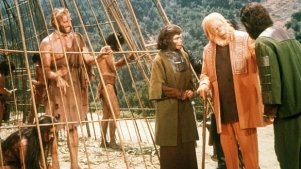 人类竟被猩猩拿来做人体实验!5分钟看完1968年经典科幻片《人猿星球》