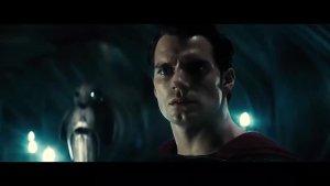 这个怪兽拥有人类的基因,导弹让他越来越强,他还把超人暴虐了!