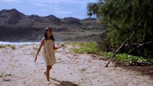 一家人在海边玩,小女孩乱喂东西后,她妈妈尖叫一声