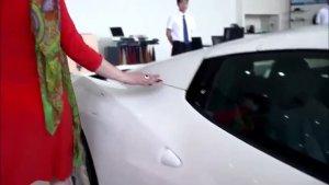 富婆4S店看中一辆法拉利跑车,结果一踩油门冲了出去