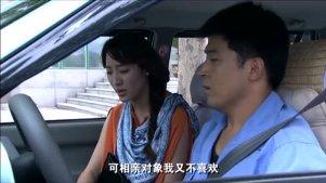 美女叫开出租的假装当她男友,当他看到交警队长时吓得都哆嗦了
