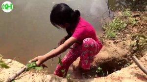 实拍:农村小女孩在河边挖坑做陷阱,6个小时以后有收获了