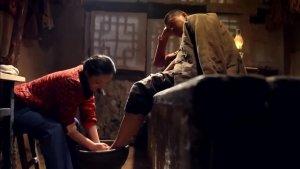 这农村的小媳妇太体贴了,硬要给老公洗脚