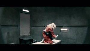 这个女孩在密不透风的监狱面对多名高手的看守,看如何巧妙越狱