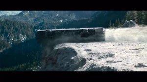大巴车掉入悬崖瞬间, 看幸存者如何脱逃 太惊险!