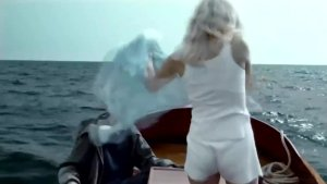 美女有特殊能力,在海里喷水制造出空气,比美人鱼还厉害