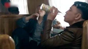 虎三爷宋晓峰在火车上喝酒、吃鸡腿、打架,赵本山解围