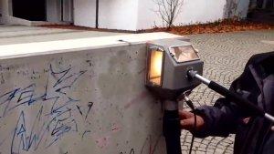 实拍:国外工人是如何清理墙壁上乱涂乱画小广告的?