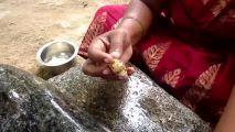 实拍印度妇女炒羊血羊肠,开始看着还不错,羊血倒进锅里画风突变