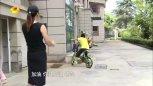 农村小孩刮花奔驰轿车,小孩坚持等车主只为道歉