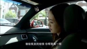 女司机接到分手短信后,开始对路上的司机撒疯