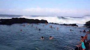 实拍海边游泳遭遇巨浪来袭,好壮观!