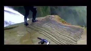 男子跳进瀑布里发现千年古墓,里面的人还活着