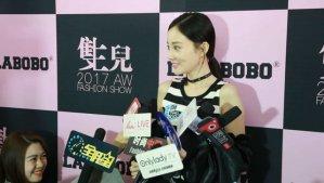 李小璐LALABOBO秀场采访 爆款女王的任性穿搭法