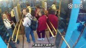 智能电梯 ,惊现老外满级中文,哈哈哈这个能笑一年 [笑cry][笑cry]翻译: @山姆的肋骨