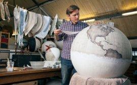 跟你家摆的不一样,他的手工地球仪像古董一样能转100年!