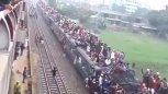 实拍印度的火车,瞬间觉得中国的春运简直弱爆了!