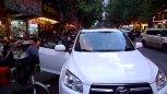 实拍武汉街边美味小吃 顾客排长队购买!