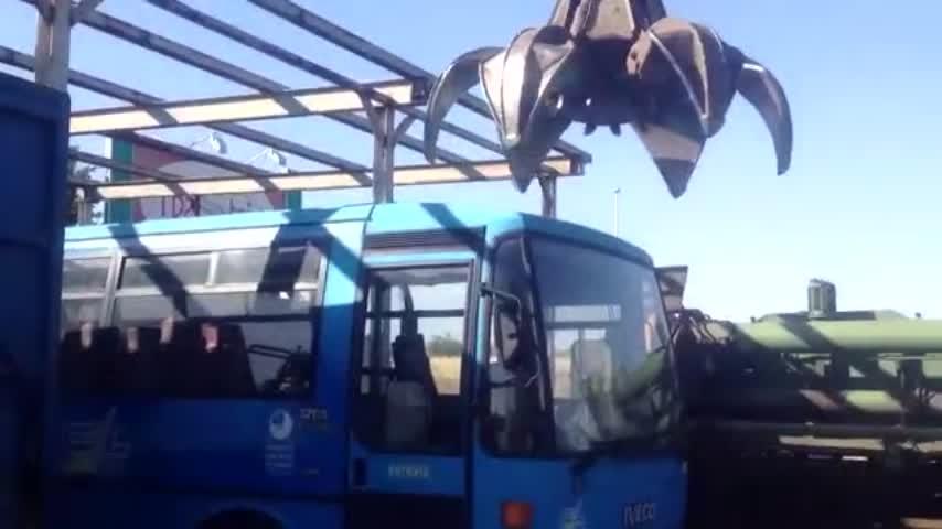 实拍:报废客车的处理过程,简单粗暴的画风