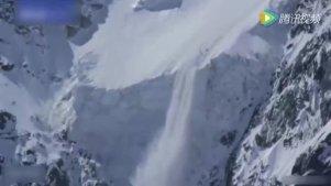 实拍滑雪者遇到雪崩 悬崖边险象环生