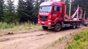实拍:运送木材的卡车是怎样在土路上调头的?