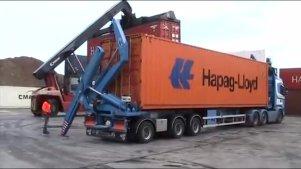 实拍:集装箱运载卡车卸车过程