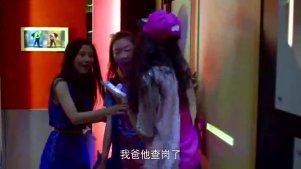 关晓彤跟同学到KTV唱歌,年轻就是好这场面很疯狂