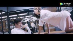 克拉拉透明白色衬衫办公桌上性感爬跪,引肖央当众出丑。
