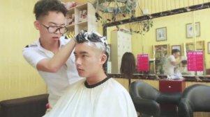 奇葩理发师骚扰顾客,连男的都不放过!