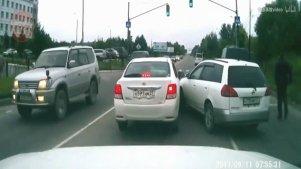 国外车祸合集20171030:疯狂驾驶与汽车碰撞的交通事故
